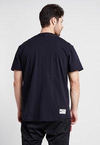 New Era - SCRIPT BUTTON UP - T-shirt imprimé - navy - 2