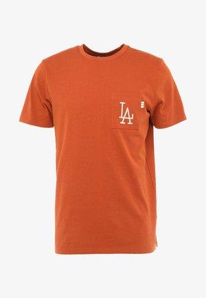 VINTAGE POCKET LOGO TEE - T-shirt con stampa - rust
