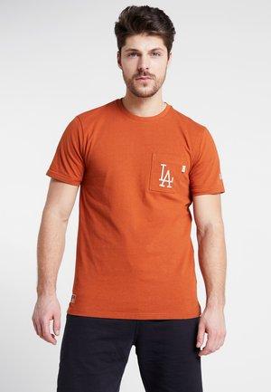 VINTAGE POCKET LOGO TEE - Print T-shirt - rust