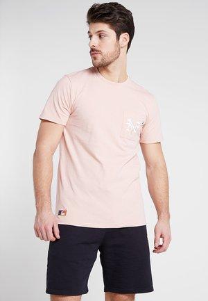 MLB VINTAGE POCKET LOGO TEE - Print T-shirt - mottled pink