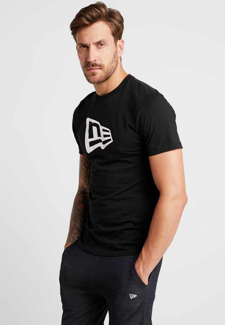 New Era - ESSENTIAL FLAG TEE - T-Shirt print - black