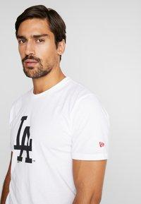 New Era - LOS ANGELES DODGERS BLUEPRINT TEE - Print T-shirt - white - 4