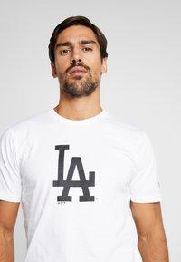 New Era - LOS ANGELES DODGERS BLUEPRINT TEE - Print T-shirt - white - 3