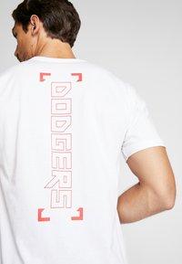 New Era - LOS ANGELES DODGERS BLUEPRINT TEE - Print T-shirt - white - 7
