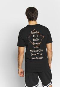 New Era - WORLD TOUR TEE - Print T-shirt - black - 2