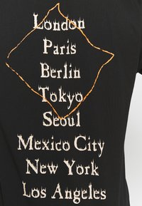 New Era - WORLD TOUR TEE - Print T-shirt - black - 4