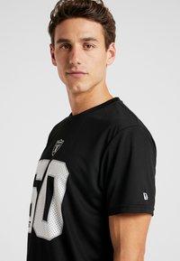 New Era - NFL OAKLAND RAIDERS SUPPORTERS TEE - Print T-shirt - black - 4