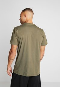 New Era - NFL OAKLAND RAIDERS CAMO COLLECTION TEE - T-shirt med print - mottled olive/khaki - 2