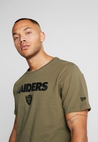 New Era - NFL OAKLAND RAIDERS CAMO COLLECTION TEE - T-shirt med print - mottled olive/khaki - 3