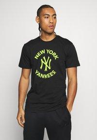 New Era - MLB TEE NEW YORK YANKEES - T-shirt z nadrukiem - black - 0