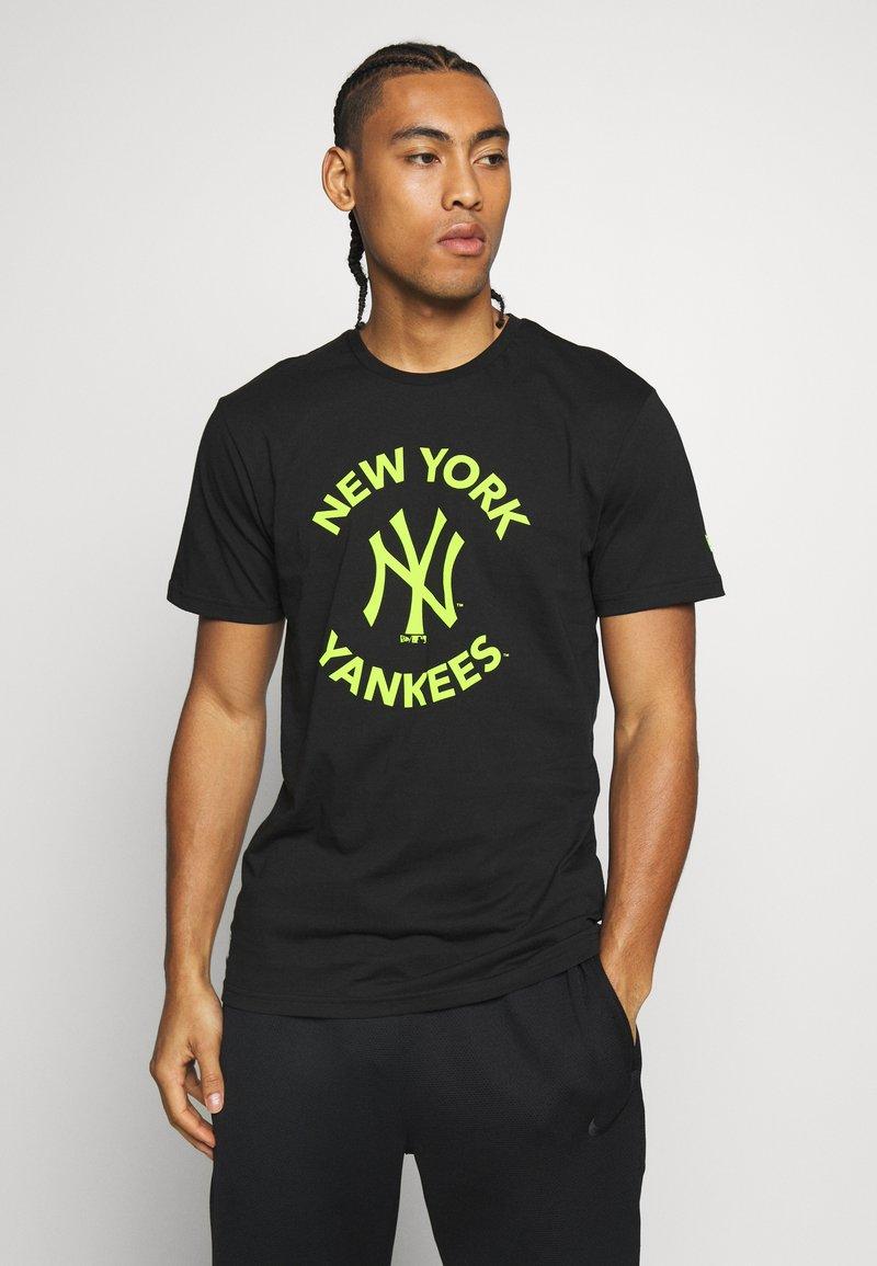 New Era - MLB TEE NEW YORK YANKEES - T-shirt z nadrukiem - black
