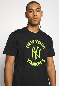 New Era - MLB TEE NEW YORK YANKEES - T-shirt z nadrukiem - black - 3