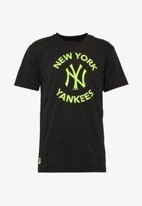 New Era - MLB TEE NEW YORK YANKEES - T-shirt z nadrukiem - black - 4