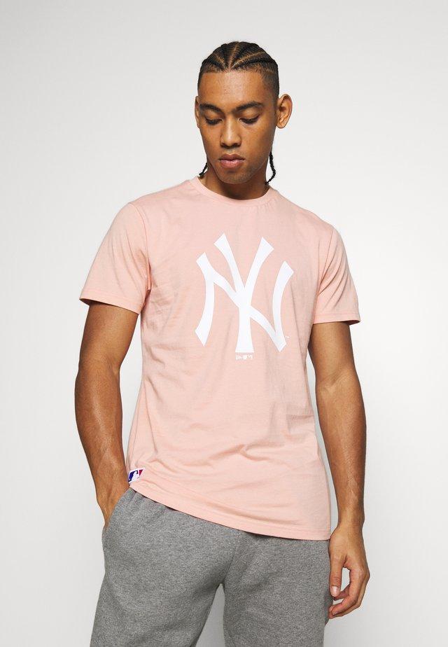 MLB SEASONAL TEAM LOGO TEE NEW YORK YANKEES - T-shirt imprimé - beige