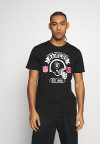 New Era - NFL GRAPHIC HELMET TEE OAKLAND RAIDERS - Club wear - black - 0
