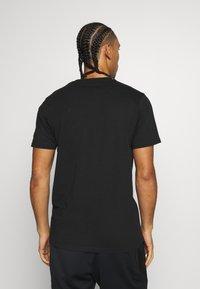 New Era - NFL GRAPHIC HELMET TEE OAKLAND RAIDERS - Club wear - black - 2
