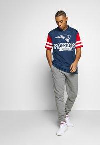 New Era - NFL CONTRAST SLEEVE OVERSIZED TEE NEW ENGLAND PATRIOTS - Club wear - dark blue - 1