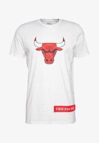 New Era - NBA BLOCK WORDMARK TEE CHICAGO BULLS - Artykuły klubowe - white - 4