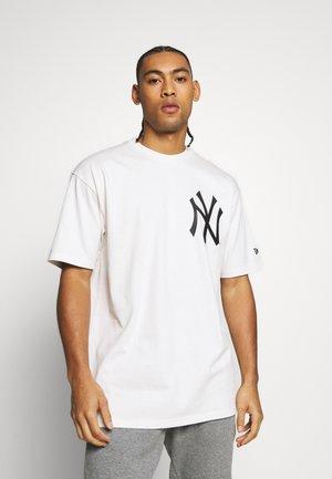MLB BIG LOGO OVERSIZED TEE NEW YORK YANKEES - T-shirt imprimé - beige