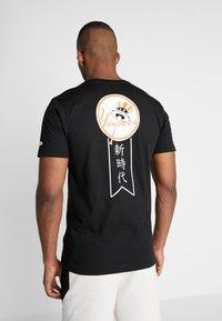 New Era - MLB FAR EAST TEE NEW YORK YANKEES - Print T-shirt - black - 2