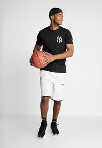 New Era - MLB FAR EAST TEE NEW YORK YANKEES - Print T-shirt - black - 1