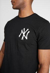 New Era - MLB FAR EAST TEE NEW YORK YANKEES - Print T-shirt - black - 3
