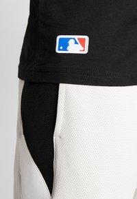 New Era - MLB FAR EAST TEE NEW YORK YANKEES - Print T-shirt - black - 4