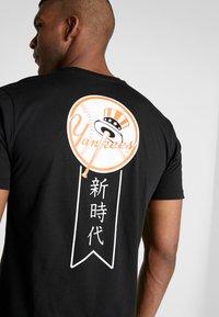 New Era - MLB FAR EAST TEE NEW YORK YANKEES - Print T-shirt - black - 6