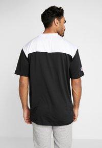 New Era - NFL STACKED WORDMARK OVERSIZED TEE OAKLAND RAIDERS - T-shirt z nadrukiem - black/optic white - 2
