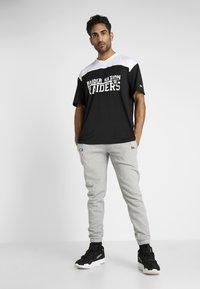 New Era - NFL STACKED WORDMARK OVERSIZED TEE OAKLAND RAIDERS - Print T-shirt - black/optic white - 1