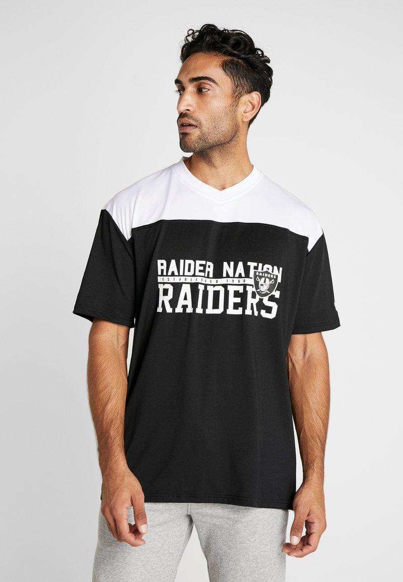 New Era - NFL STACKED WORDMARK OVERSIZED TEE OAKLAND RAIDERS - T-shirt z nadrukiem - black/optic white