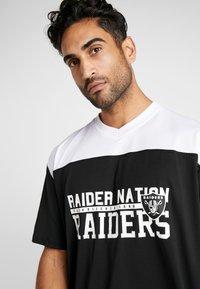New Era - NFL STACKED WORDMARK OVERSIZED TEE OAKLAND RAIDERS - Print T-shirt - black/optic white - 3
