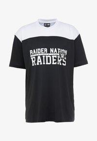 New Era - NFL STACKED WORDMARK OVERSIZED TEE OAKLAND RAIDERS - T-shirt z nadrukiem - black/optic white - 4