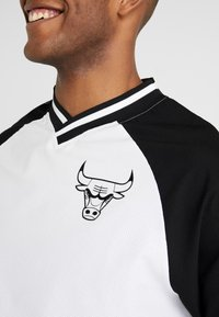 New Era - NBA COLOUR BLOCK LONG SLEEVE TEE CHICAGO BULLS - Artykuły klubowe - optic white/black/front door red - 3