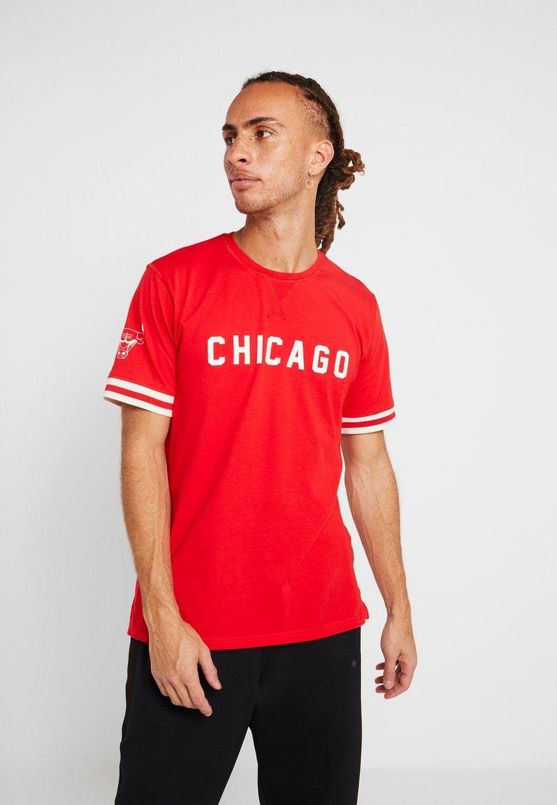 New Era - NBA WORDMARK TEE CHICAGO BULLS - Pelipaita - front door red