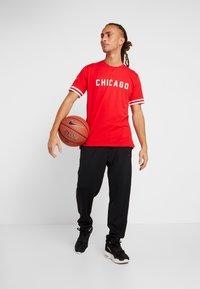 New Era - NBA WORDMARK TEE CHICAGO BULLS - Pelipaita - front door red - 1