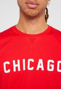 New Era - NBA WORDMARK TEE CHICAGO BULLS - Pelipaita - front door red - 5