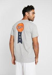 New Era - MLB FAR EAST TEE DETROIT TIGERS - Print T-shirt - light grey heather - 2