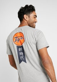 New Era - MLB FAR EAST TEE DETROIT TIGERS - Print T-shirt - light grey heather - 4