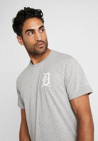 New Era - MLB FAR EAST TEE DETROIT TIGERS - Print T-shirt - light grey heather - 3