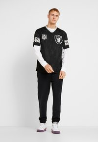 New Era - NFL OVERSIZED TEE OAKLAND RAIDERS - T-shirt print - black - 1