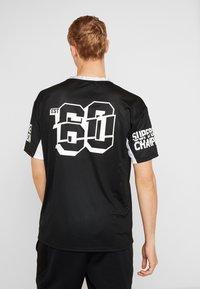 New Era - NFL OVERSIZED TEE OAKLAND RAIDERS - T-shirt print - black - 2