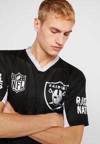 New Era - NFL OVERSIZED TEE OAKLAND RAIDERS - T-shirt print - black - 3