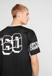 New Era - NFL OVERSIZED TEE OAKLAND RAIDERS - T-shirt print - black - 4