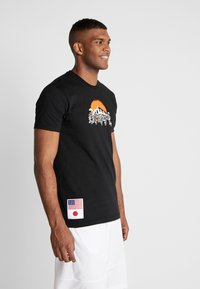 New Era - FAR EAST GRAPHIC TEE - Print T-shirt - black - 0