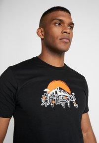 New Era - FAR EAST GRAPHIC TEE - T-shirt imprimé - black - 3