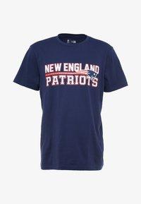 New Era - NFL STACKED WORDMARK TEE NEW ENGLAND PATRIOTS - T-shirt imprimé - oceanside blue - 4
