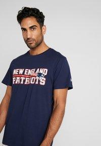 New Era - NFL STACKED WORDMARK TEE NEW ENGLAND PATRIOTS - T-shirt imprimé - oceanside blue - 3