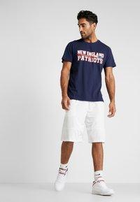 New Era - NFL STACKED WORDMARK TEE NEW ENGLAND PATRIOTS - T-shirt imprimé - oceanside blue - 1