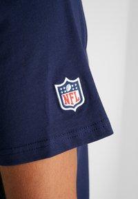 New Era - NFL STACKED WORDMARK TEE NEW ENGLAND PATRIOTS - T-shirt imprimé - oceanside blue - 5